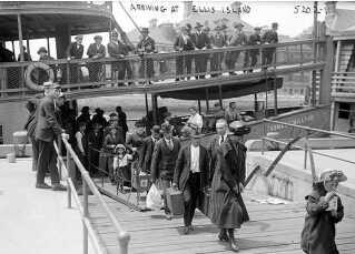 De danske immigranter ankom typisk til en havn på USA's østkyst. Billedet viser en gruppe nyankomne europæisk immigranter på Ellis Island, New York, i 1911.