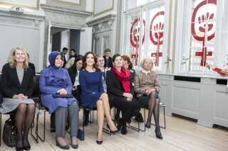 Også andre medlemmer af kongehuset end dronningen spiller en rolle under et statsbesøg. Her er det eksempelvis kronprinsesse Mary, der under et tyrkisk statsbesøg i 2014 besøger Dannerhuset med den tyrkiske præsidents kone, Hayrünnisa Gül.