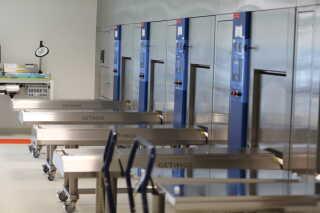 I disse maskiner bliver instrumenterne steriliseret.