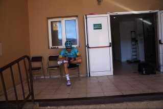 Fuglsang venter ved hotellets bagindgang på, at hans cykel kan blive låst inde.