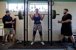 Anne Bergholt Karlsen løfter 145 kilo to gange i streg under en træning. - Styrkeløft giver mig sådan en god følelse af at være fysisk stærk. Hvis jeg har haft en mega dårlig dag på arbejde, så er det bare mega fedt at tage til træning og kunne sige, det glemmer jeg lige, nu er jeg stærk. Hvis der er en, der virkelig har irriteret mig, så tænker jeg, nu skal jeg fandeme lige vise, hvad jeg kan.
