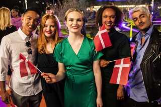Leonora omgivet af sine to korsangere Andrea Heick Gadeberg (tv.) og Sofie Niebuhr McQueen samt sine to dansere Ryan Jacolbe (tv.) og Sinan Spahi.