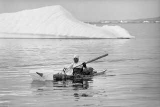 Grønland egner sig ikke til landbrug. Derfor forblev den oprindelige befolkning jægere, og deres gener gør, at de i dag stadig er specialiseret i at overleve på fedtholdig kød og fisk.