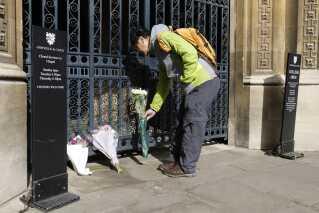 En mand lægger blomster ved Cambridge University. Stephen hawkings var ansat i mere end 50 år.