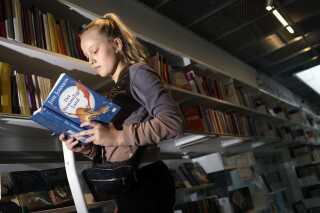 Både børn og voksne, der er ordblinde, vil have enorm gavn af undervisning og at øve sig i at læse.