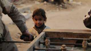 Familier insisterer på at vende tilbage og med dem følger mange børn, der leger på verdens farligste legeplads.