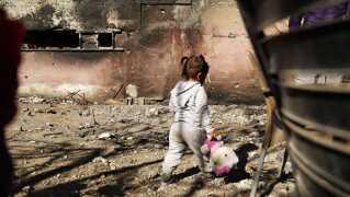 Joud på 2 år er flyttet tilbage til Raqqa med sin familie for en måned siden. Deres hus er brændt og ødelagt, men hendes forældre har gjort det tåleligt at bo i.