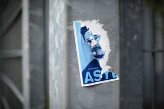 Mens nogle fordømte Snowden, appellerede andre til, at vestlige lande skulle tilbyde ham asyl. Her resterne af et pro-Snowden klistermærke i Berlin, sommeren 2014.