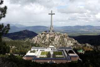 et 150 meter højt kors pryder toppen af det gigantiske monument, hvor 30.000 faldne soldater - og Franco - er begravet.