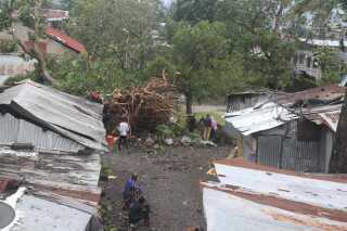 Huse og træner blev væltet, da cyklonen ramte Comorerne.