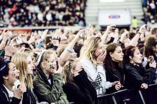 De fem medlemmer fra boybandet rækker for tiden ud efter nye fans som solister med nye genrer. Her ses en flok One Direction-fans i Horsens, da gruppen optrådte i byen i 2015.