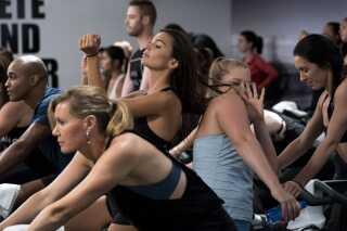 Modellen Emily Ratajkowski og Amy Schumer star i en scene i filmen.