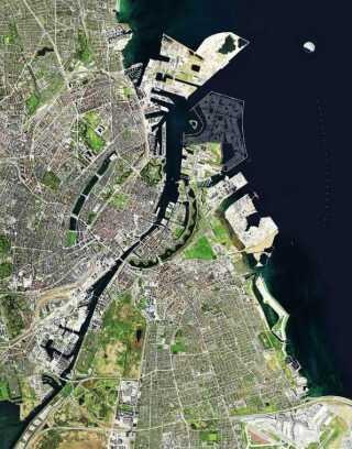 Øverst på billedet, ridset op med hvide streger, ses Lynetteholmen, som forventes at stå færdig i 2070, og som regeringen vil bruge 20 milliarder kroner på at bygge.