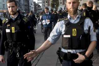Politiet var også mødt talstærkt op, da Rasmus Paludan uddelte pjecer ud på Runddelen på Nørrebro.