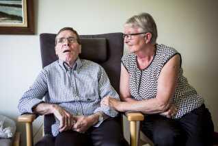 Helge Rasmussen bor på Fænøsund plejehjem i Middelfart. Hans hustru Dorrit Rasmussen har han kendt siden 1984.