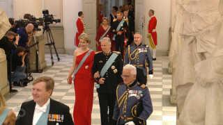 Belgiens kongepar ankommer til fødselsdagen.