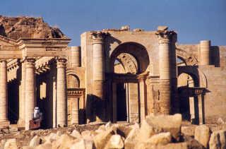 Hatra ligger i Irak og man kan tydeligt se, hvordan byens arkitektur var inspireret af romerne og de gamle grækere.