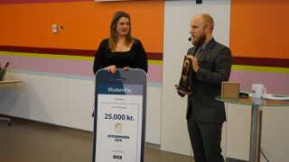 Radiochef Gustav Lützhøft uddelte prisen, der kommer i form af en statuette og 25.000 kroner. (Foto: Nicolai Dupont)