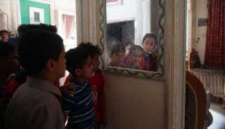 Turisthotellet Sarh Sheba Tourist Hotels huser adskillige familier med børn, som er flygtet fra deres hjem i de krigshærgede områder i Yemen.