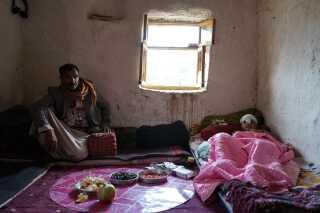 Younes' far, Ali Al Khatabri, holder sin søn med selskab i stuen, hvor han ligger døgnet rundt. Mere end to måneder efter operationen lider han stadig af stærke smerter.