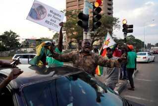Jubelstemningen i parlamentet bredte sig hurtigt i gaderne i hovedstaden Harare.
