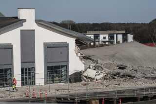 Her ses skaderne på kulturhuset/biblioteket.
