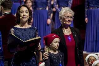 Ét af de tidligere medlemmer fra DR Pigekoret, der sang med ved julekoncerterne, var Hanne Ryde Schmidt (til højre), som startede i pigekoret for 70 år siden og sang i det fra 1948-1953. Her er hun i selskab med fortælleren ved årets julekoncerter, Sofie Gråbøl, og én af DR's yngste medarbejdere fra DR Spirekoret.