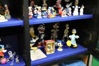 Steffen Gerdes' Anders And-samling står side om side med resten af samlerens andre figurer fra Disney-universet.