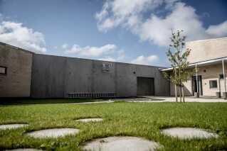 Med plads til 250 indsatte bliver Storstrøm Fængsel Danmarks næststørste lukkede fængsel. Fængslet har mulighed for effektiv sektionering og er derfor særligt egnet til at huse flere forskellige grupper af indsatte.