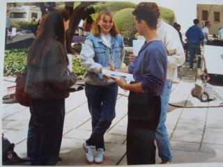 Louise Johansen hilser på skuespiller Jason Priestley sammen med sin veninde og far under deres USA-ferie i 1994.