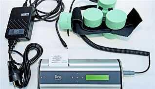 Selve apparaturet består af 'hjelmen', et batteri, der kan bæres i et bælte og apparatet, der sender elektriske pulser ud.