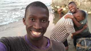 Migranten er ifølge BBC spillet af spanieren Hagi Toure, som er lovlig immigrant fra Senegal.