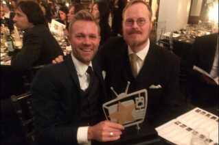 Producent Anders Toft Andersen (tv) og hovedforfatter Jeppe Gjervig Gram (th) vandt en International Drama Award i London for 'Bedrag' i 2016.
