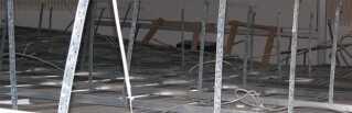 Loftet i et nybygget auditorium styrtede pludselig ned p? Handelsskolen Sj?lland Syd i N?stved.