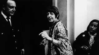 Paul McCartney ankommer her til studiet på Abbey Road i London i 1966 for at indspille 'Revolver'-albummet, hvor man blandt andre finder hittet 'Eleanor Rigby'.