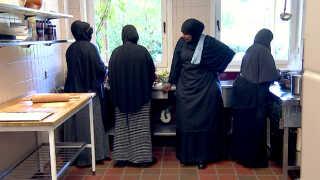 Vækstparken i Aarhus havde en tom kantine og manglede nogle til at lave mad. Den opgave har de 14 somaliske kvinder taget på sig.