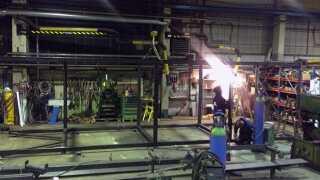 Stålkasserne bliver svejset sammen på værkstedet.