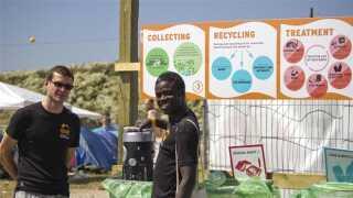 En studerende på DTU er i gang med at sortere affald. Der er kedelige oplevelser undervejs som poser med afføring. Det er noget, som man normalt ikke ser i affaldsposer, siger forskerne.