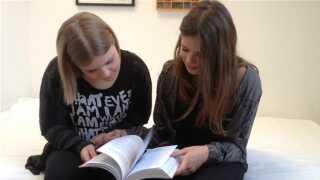 Lulu Skov Andersen og Johanne Marie Herbst Pallisgaard har læst den nye udgave af 'Kvinde kend din krop'. De mener, at bogen stadig er relevant.