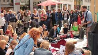 Passenger spillede gratis på Strøget før sin Vega-koncert i København - og det var noget af et tilløbsstykke