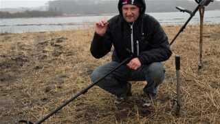 Detektorfører Jesper Janke Hansen trodsede haglbyger og blev belønnet med fundet af den sjældne fingerring.