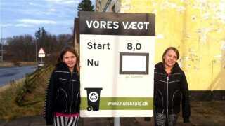 Undervejs i affaldsprojektet kunne borgerne i Tversted på Nulskralds hjemmeside holde øje med, hvordan kampagnen gik. De kunne også følge udviklingen på det skilt, som Ann-Katrine Nielsens to døtre - Frida og Asta - står ved på billedet. Billedet er taget tilbage i januar 2014, hvor projektet netop var begyndt.