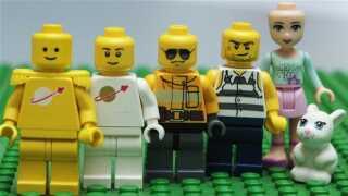 Forrest to figurer fra 80'erne, derefter mere bistre mænd fra 2012 - og en pigefigur fra pigeuniverset Lego Friends