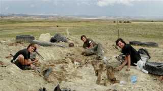 Den tyske palæontolog Raimond Albersdörfer og hans to sønner under udgravningerne i Wyoming i USA i 2009