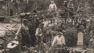 Her er en gruppe tyske soldater i færd med at hente vand ved en vandpost på vestfronten. Året er 1916.