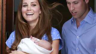 Storbritanniens prins William og hans kone Catherine, hertuginde af Cambridge, viser deres lille søn Prince George ved St. Marys Hospital, i det centrale London d. 23. juli 2013. Kate fødte parrets første barn, der er tredje i rækken til den britiske trone.
