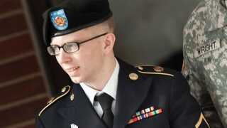 """Billedtekst: (FILES)Pfc. Bradley Manning is escorted following a motions hearing in the case US vs. Manning at Fort Meade in this March 15, 2012 file photo in Maryland. Manning, 24, accused of leaking a trove of secret files to WikiLeaks has offered to plead guilty to some but not all of the charges he faces in a pending court-martial, his defense lawyer said. Manning, """"is not pleading guilty to the specifications as charged by the Government, """" his attorney, David Coombs wrote on his blog on NOvember 8, 2012."""
