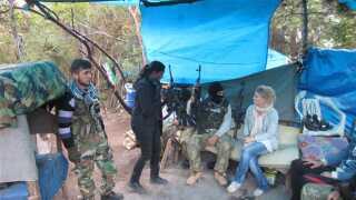 Johnbeck filmer Puk Damsgård i samtale med oprørere i en træningslejr. Det blev til en reportage i 21Søndag i marts 2012. Du kan se den her: XXXXXX.