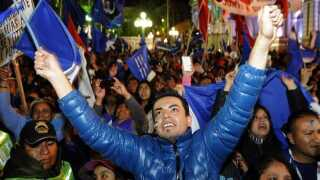 Indbyggerne var på gaden i hovedstaden La Paz i aftes lokal tid for at fejre den forventede sejr til Morales.