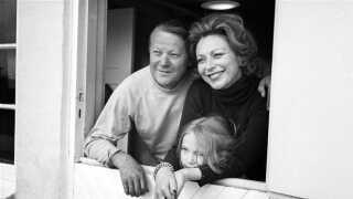 Politiker og daværende statsminister Jens Otto Kragh sammen med sin hustru, skuespillerinden Helle Virkner, og parrets datter Søsser Krag.